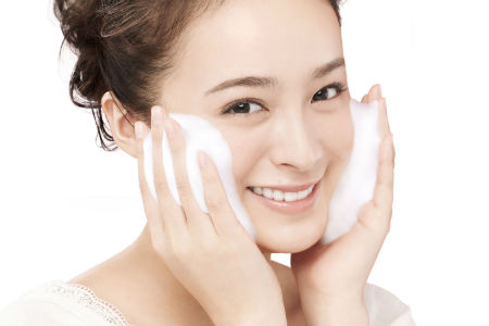 450 Biore Marshmallow Whip Acne Care Facial Wash - Model image