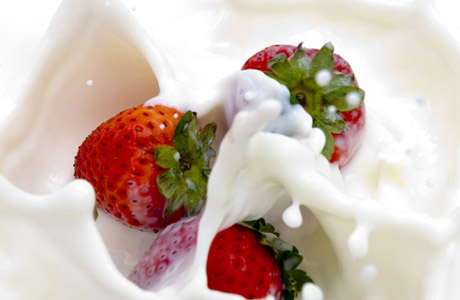 strawberry-in-cream_hd-wallpapers