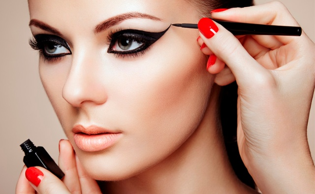 {D067A093-7DA3-41DD-8742-C8798ADC2398}AR-VA-Makeup-Mistakes-04-Eyeliner-Outside