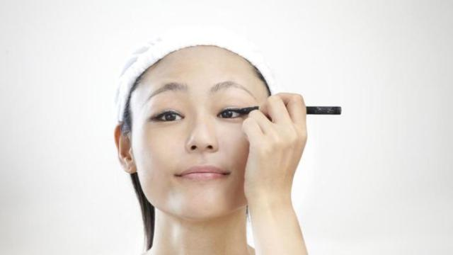 what-is-the-best-way-to-apply-eyeliner_6caa22e6-e3df-4e20-b979-03dfa6267624