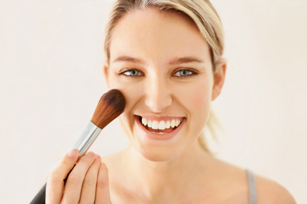 woman-applying-powder-blush_omplcu
