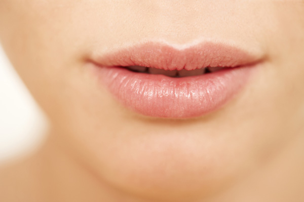 woman-with-soft-kissable-lips_ncg4ty