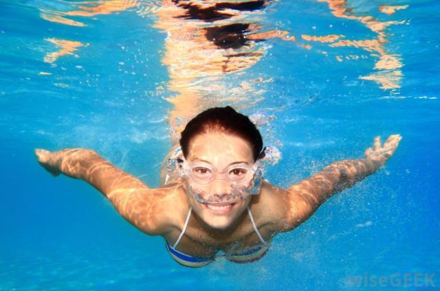 woman-swimming-underwater